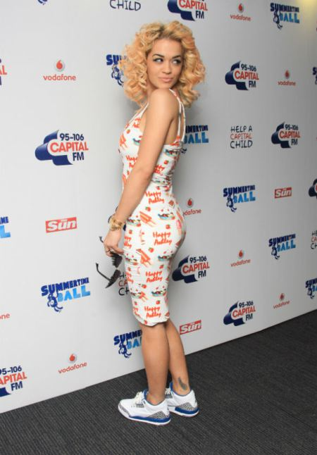 rita-ora-stylechi-casual-white-patterned-bodycon-midi-dress-trainer